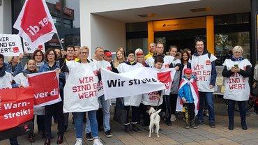 Die streikenden Kolleginnen und Kollegen vor der Filiale Bamberg 1